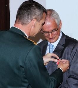 Soldaterlegatets formand Peter Højland modtager Forsvarets fortjenstmedalje af Forsvarschef Peter Bartram. Foto: Petter Becker-Jostes, Forsvaret